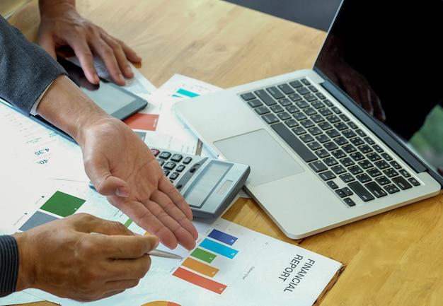 Zespół pracowników biura analizuje pracę na podstawie wykresów danych.