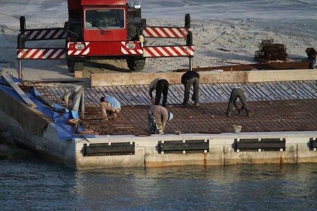 Zespół pracowników realizujący rozbudowę portu