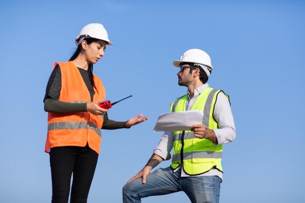Zespół profesjonalnych inżynierów mechaników pracujących na budowie.