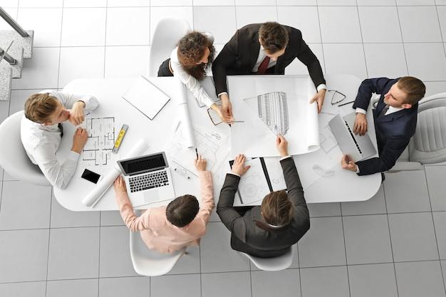 Zespół profesjonalnych inżynierów pracujących z planami
