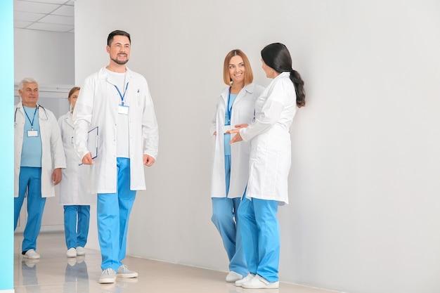 Zespół profesjonalnych lekarzy w holu kliniki