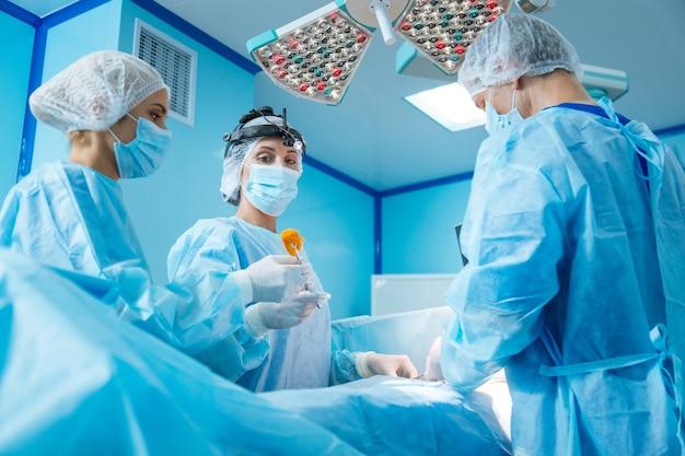 Zespół profesjonalnych lekarzy wykonujących operacje