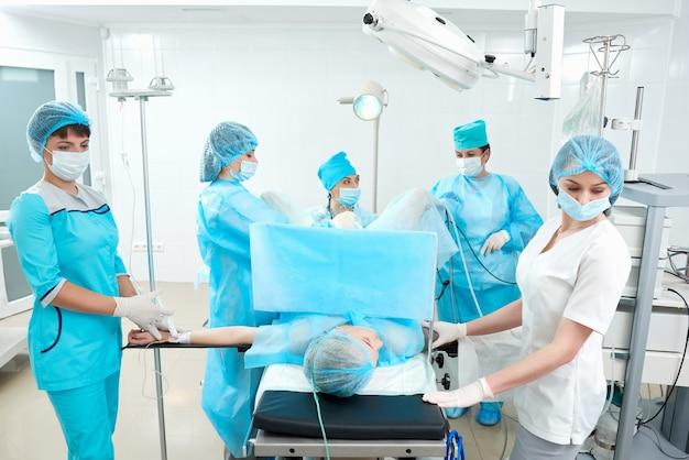 Zespół profesjonalnych lekarzy z doświadczeniem podczas operacji na sali operacyjnej szpitala zawód zawód medycyna rutynowa koncepcja pacjenta opieki zdrowotnej.