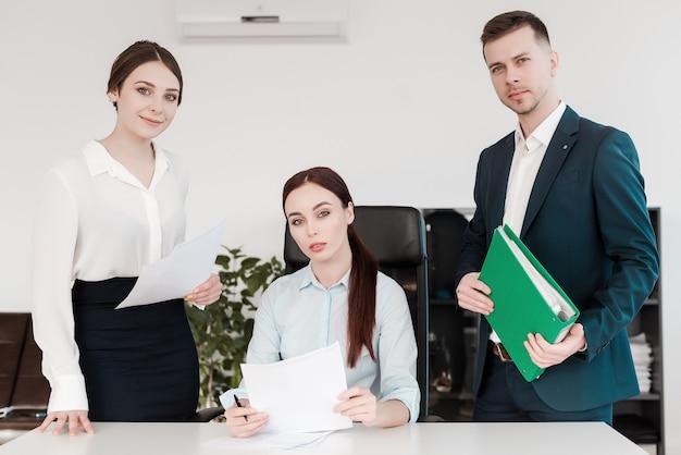 Zespół profesjonalnych ludzi pracujących razem w biurze