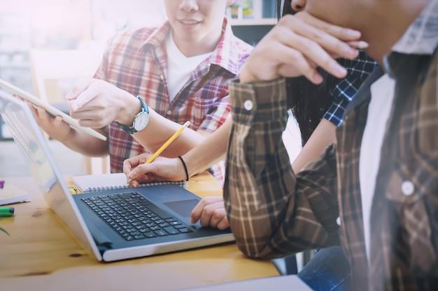 Zespół projektantów graficznych, grupa studentów, spotkanie biznesowe zespołu burzy mózgów.
