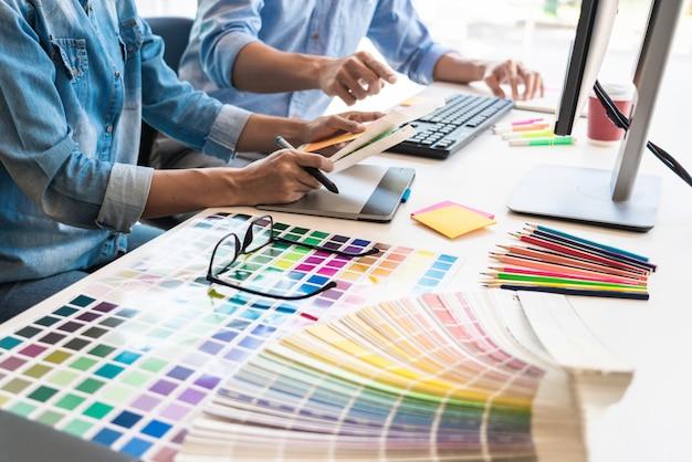 Zespół projektantów graficznych pracujących w biurze