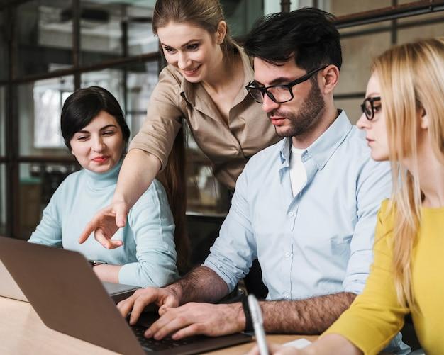 Zespół przedsiębiorców podczas spotkania