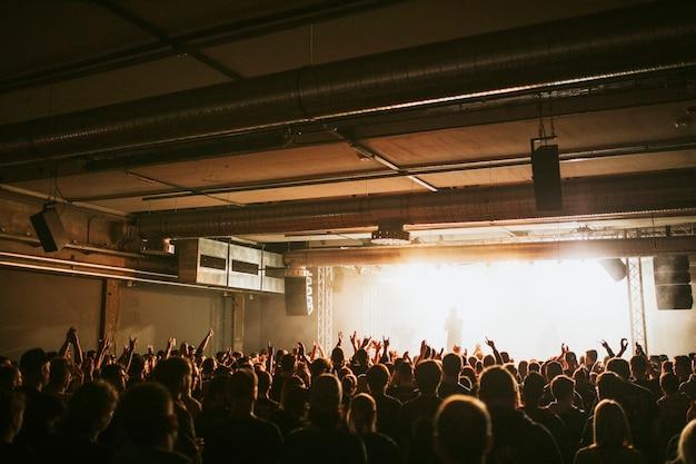 Zespół rockowy grający koncert na żywo w europie