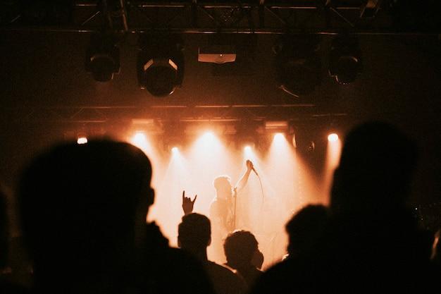 Zespół rockowy grający mały koncert na żywo