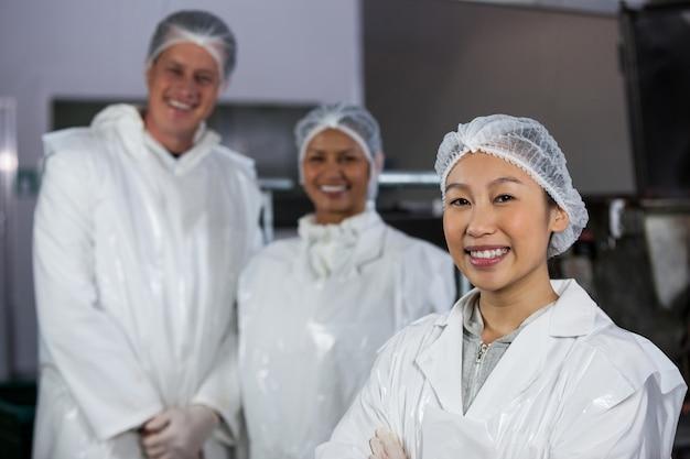 Zespół rzeźnika stojący w fabryce mięsa