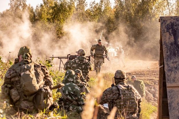Zespół snajperów uzbrojony w duży kaliber, karabin snajperski, strzelający do celów wroga na odległość od schronu, siedzący w zasadzce