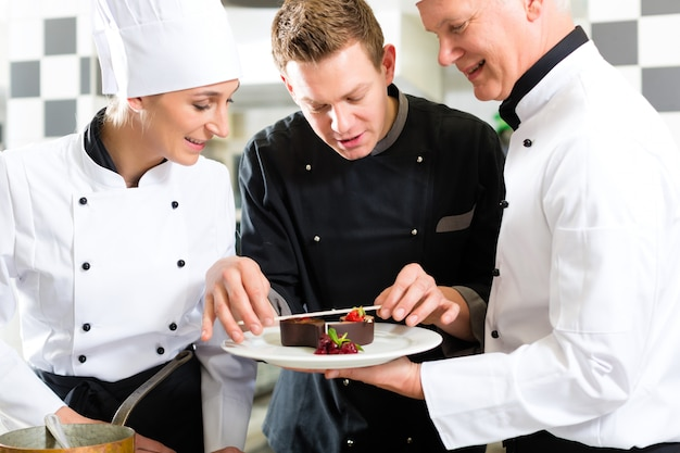 Zespół szefa kuchni w kuchni restauracji z deserem