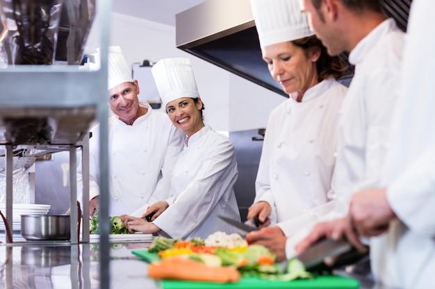 Zespół szefów kuchni do krojenia warzyw