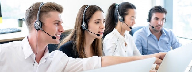 Zespół telemarketingowy pracujący razem w biurze call center