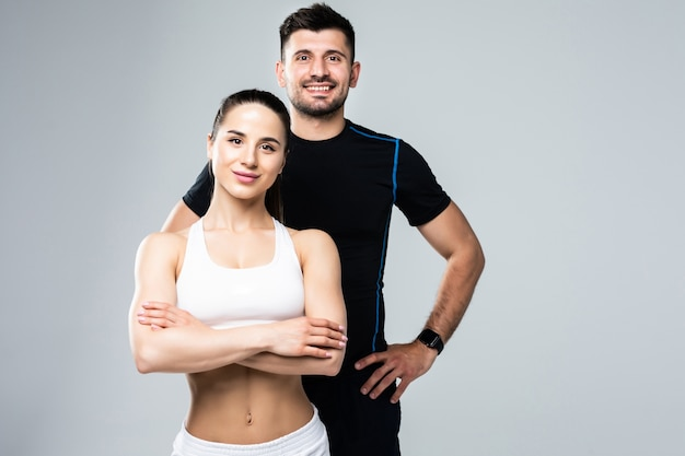 Zespół trenerów fitness mężczyzna i kobieta na białym tle