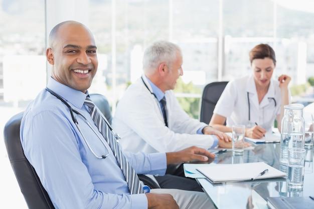 Zespół uśmiechniętych lekarzy o spotkaniu
