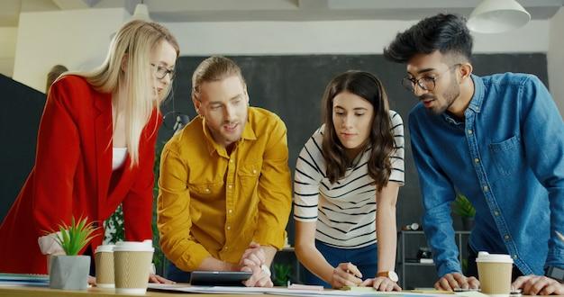 Zespół wieloetnicznych męskich i żeńskich startupów omawia początkowy pomysł, strategię i koncepcję.