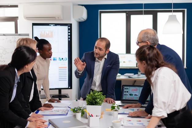 Zespół zróżnicowanej firmy start-up, kolega przedsiębiorcy, spotkanie w profesjonalnym broadroomie w miejscu pracy