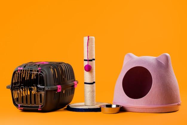 Zestaw akcesoriów dla kotów: domek, drapak i miska