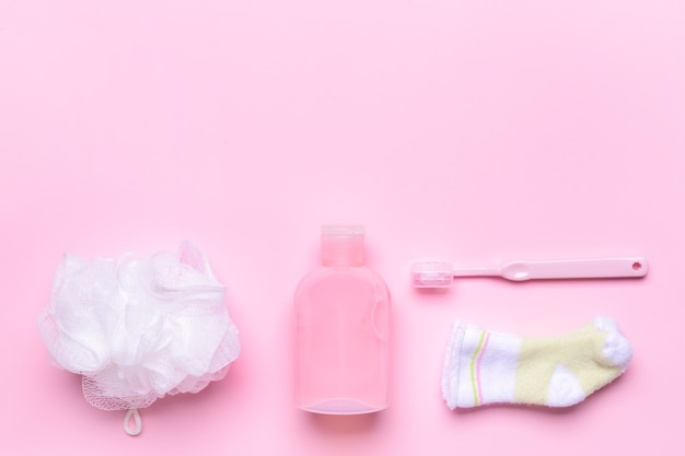 Zestaw akcesoriów do kąpieli dla dziecka na kolorowym tle