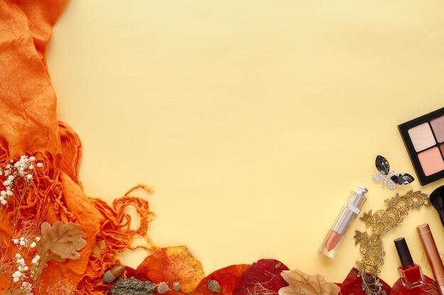 Zestaw akcesoriów mody kobiet. jesienne liście, okulary przeciwsłoneczne, perfumy i kosmetyki