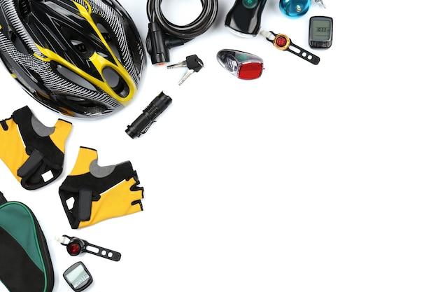 Zestaw akcesoriów rowerowych na białym tle