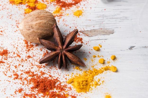 Zestaw anyżu gwiazdkowatego, kurkumy, laski cynamonu i gałki muszkatołowej