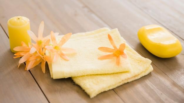 Zestaw artykułów higienicznych na drewnianym stole