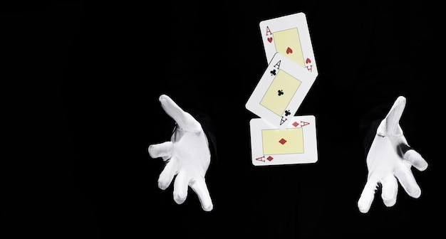 Zestaw asów kart do gry w powietrzu między rękami maga
