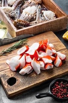 Zestaw azjatyckich przekąsek surimi, na szarym tle