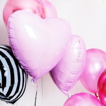 Zestaw Balonów W Formie Serca I Okrągłe Różowe I Paski Na Jasnym Tle Z Miejsca Kopiowania. Premium Zdjęcia