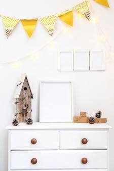 Zestaw białych dekoracji domu z ramkami na zdjęcia, prezentami i drewnianym domkiem