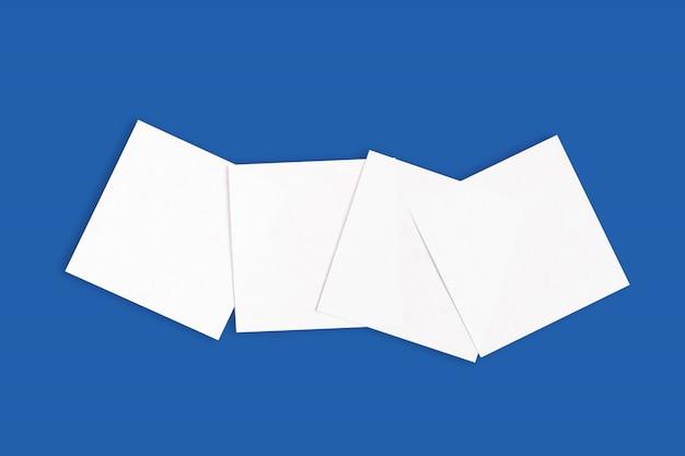 Zestaw białych naklejek na niebieskim tle