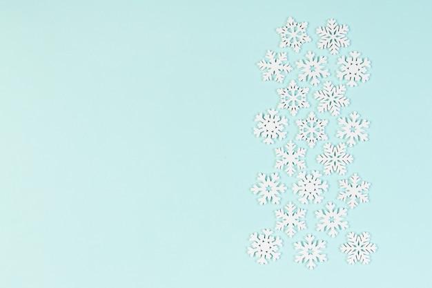 Zestaw białych płatków śniegu na kolorowym tle. widok z góry ozdób choinkowych. koncepcja czasu nowego roku z pustej przestrzeni dla swojego projektu.