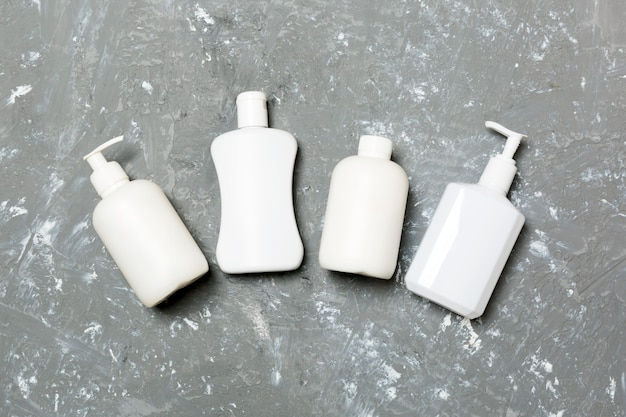 Zestaw białych pojemników kosmetycznych, widok z góry. grupa plastikowych pojemników na butelki do pielęgnacji ciała