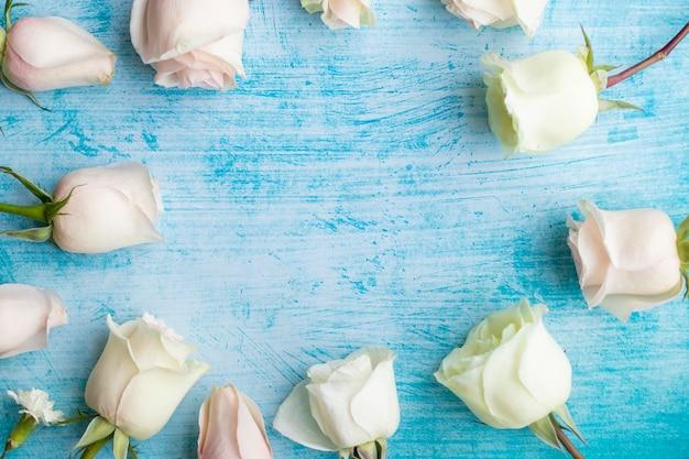 Zestaw białych róż na tle seledynu