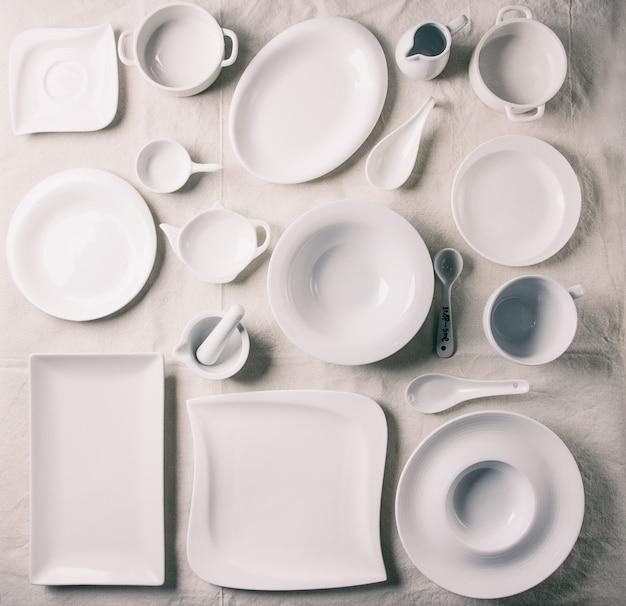 Zestaw białych talerzy
