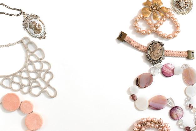 Zestaw biżuterii damskiej w stylu vintage naszyjnik kamea perła bransoletka kolczyki na białym tle.