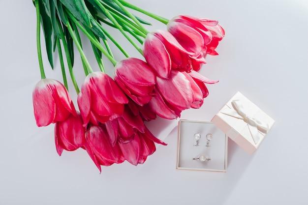 Zestaw biżuterii perłowej w pudełku z kwiatami.