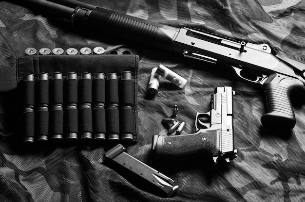 Zestaw broni myśliwca jednostki specjalnej. strzelba, naboje, pistolet. widok z góry. różne środki przekazu