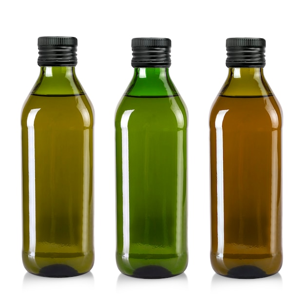 Zestaw butelek oliwy z oliwek na białym tle. plik zawiera ścieżkę przycinającą
