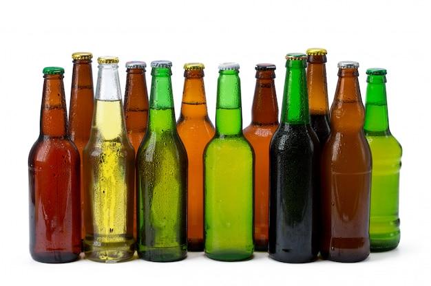 Zestaw butelek piwa na białym tle