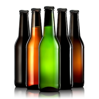 Zestaw butelek piwa ze ścieżką przycinającą na białym tle na czarnym tle