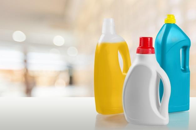 Zestaw butelek produktów do czyszczenia domu na białym tle