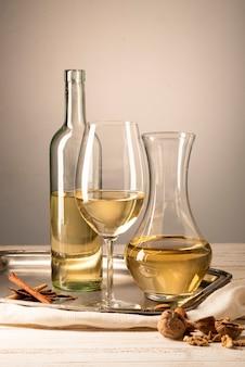 Zestaw butelek wina ze szklanką i karafką