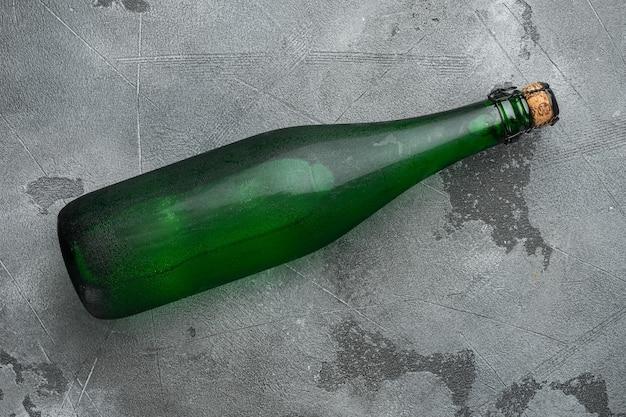 Zestaw butelek wody, na szarym tle kamiennego stołu, widok z góry płasko leżący, z miejscem na kopię tekstu