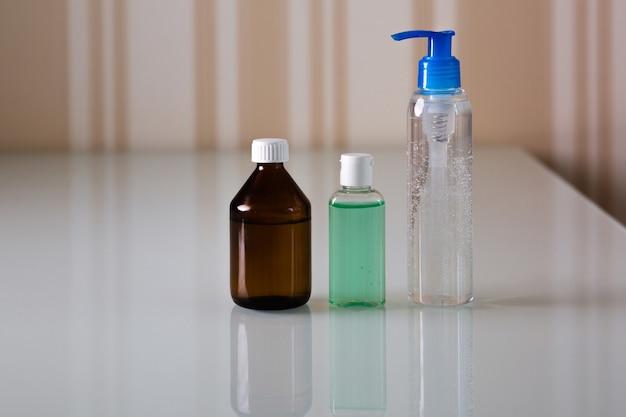 Zestaw butelek z medycznym żelem higienicznym i alkoholem do higieny rąk i ochrony przed wirusem koronowym. skopiuj miejsce