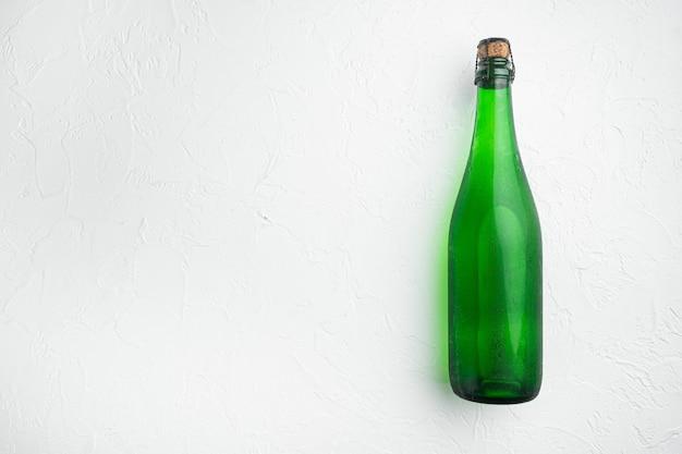 Zestaw butelek zielonego wina, na białym tle kamiennego stołu, płaski widok z góry, z miejscem na kopię tekstu