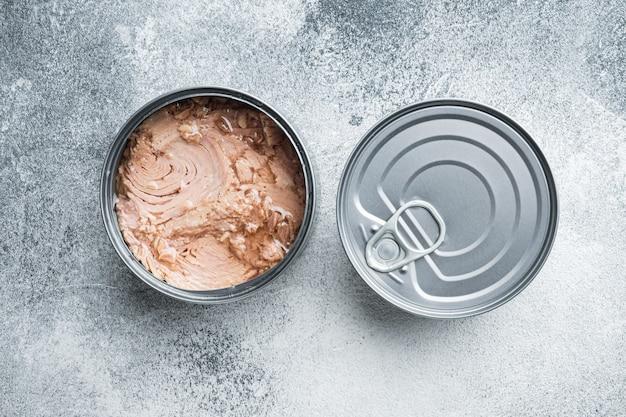 Zestaw canned chunk light tuna, w puszce, na szarej płasko leżance z widokiem z góry