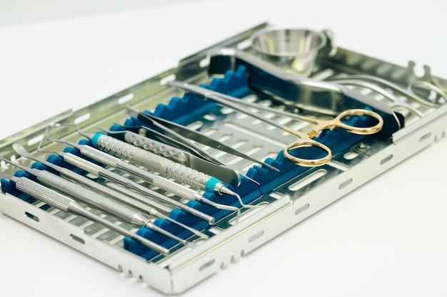 Zestaw chirurgiczny do implantacji zębów. chirurgiczny zestaw narzędzi stosowanych w implantologii stomatologicznej.
